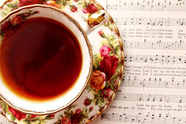 vintage teetasse mit musik - piano noten stock-fotos und bilder