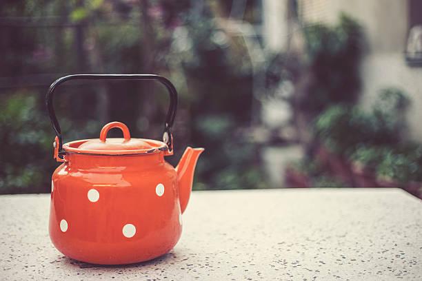 vintage-teekanne - kücheneinrichtung nostalgisch stock-fotos und bilder
