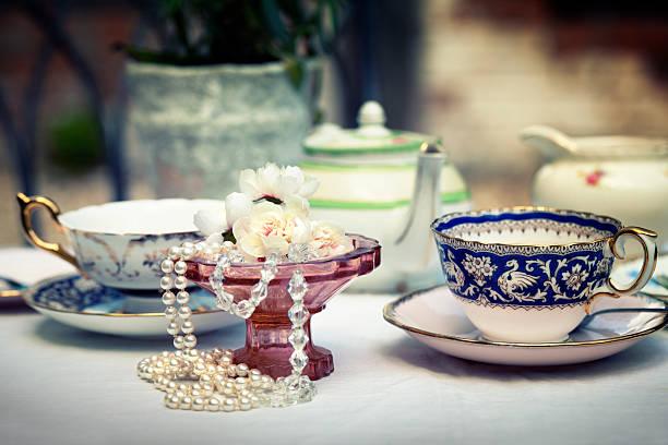 nachmittagstee mit vintage-charme - porzellan schmuck stock-fotos und bilder