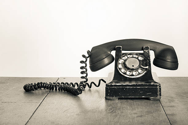 Vintage Telefon auf dem alten Tisch sepia Foto – Foto