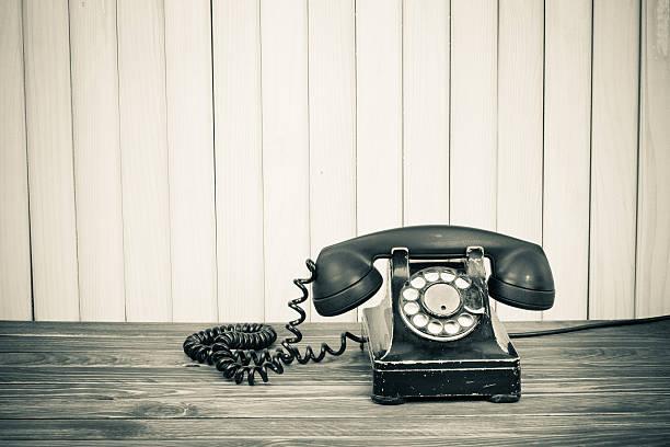 Telefone antigo em uma mesa antiga Sépia foto - foto de acervo
