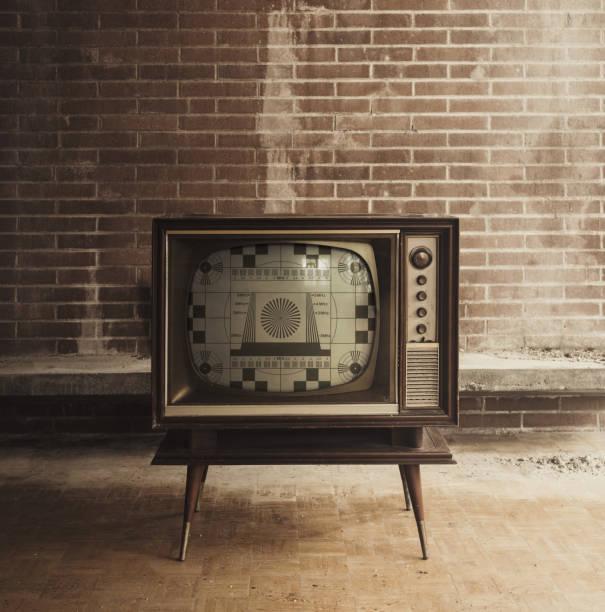 vintage-fernseher mit test pattern - alte serien stock-fotos und bilder