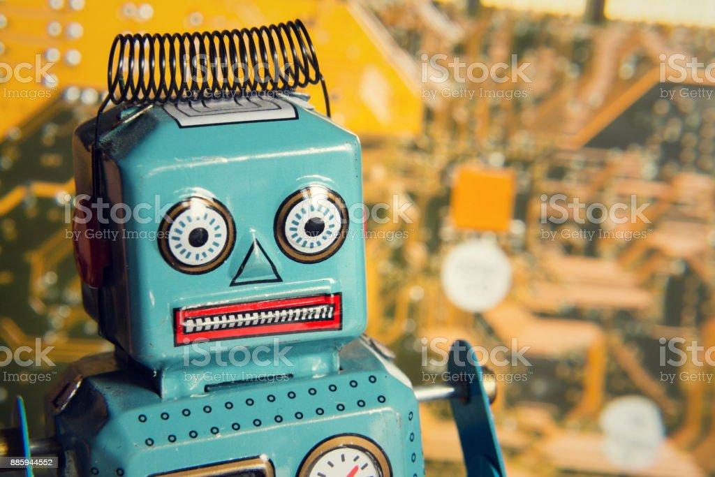 Vintage Blechspielzeug Roboter mit Computer-Board, künstliche Intelligenz-Konzept – Foto