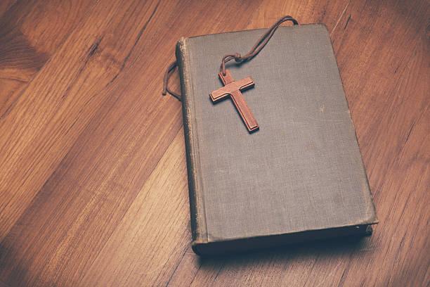vintage ton hölzernen christian cross halskette auf heiligen bibel - psalm stock-fotos und bilder