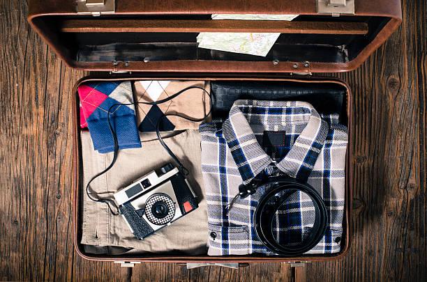 vintage reise-koffer auf holztisch - vintage bag stock-fotos und bilder