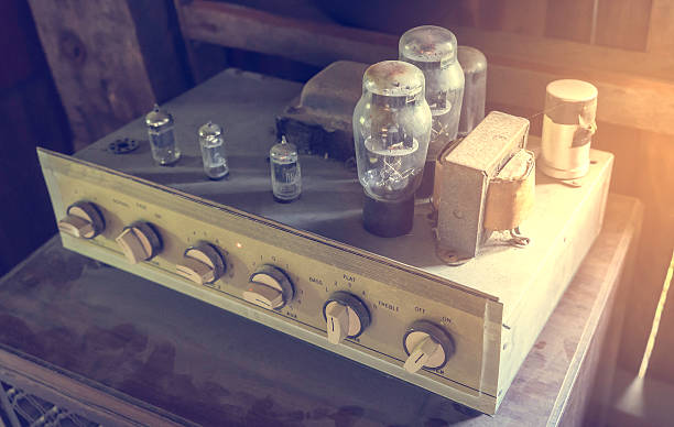 vintage tube amplifier - radiobuis stockfoto's en -beelden