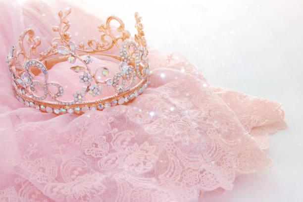 vintage tüll rosa chiffon kleid und diamant tiara auf weißer holztisch. hochzeit und party-konzept des mädchens - prinzessin kleid kind stock-fotos und bilder