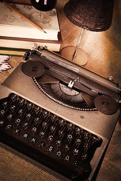 alte schreibmaschine - drehbuchautor stock-fotos und bilder