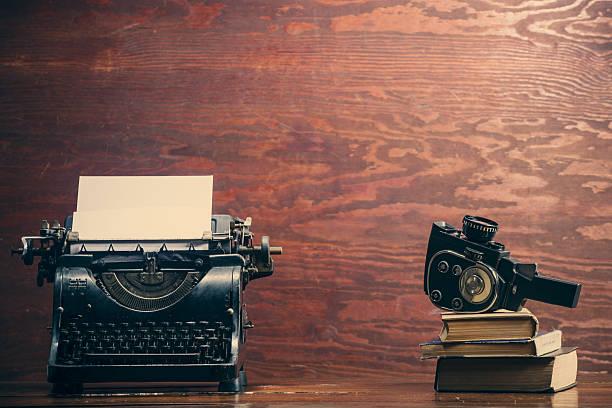 vintage-schreibmaschine und telefon - nachrichten video stock-fotos und bilder