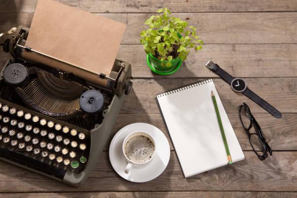 Máquina de escrever vintage na velha secretária de madeira - foto de acervo
