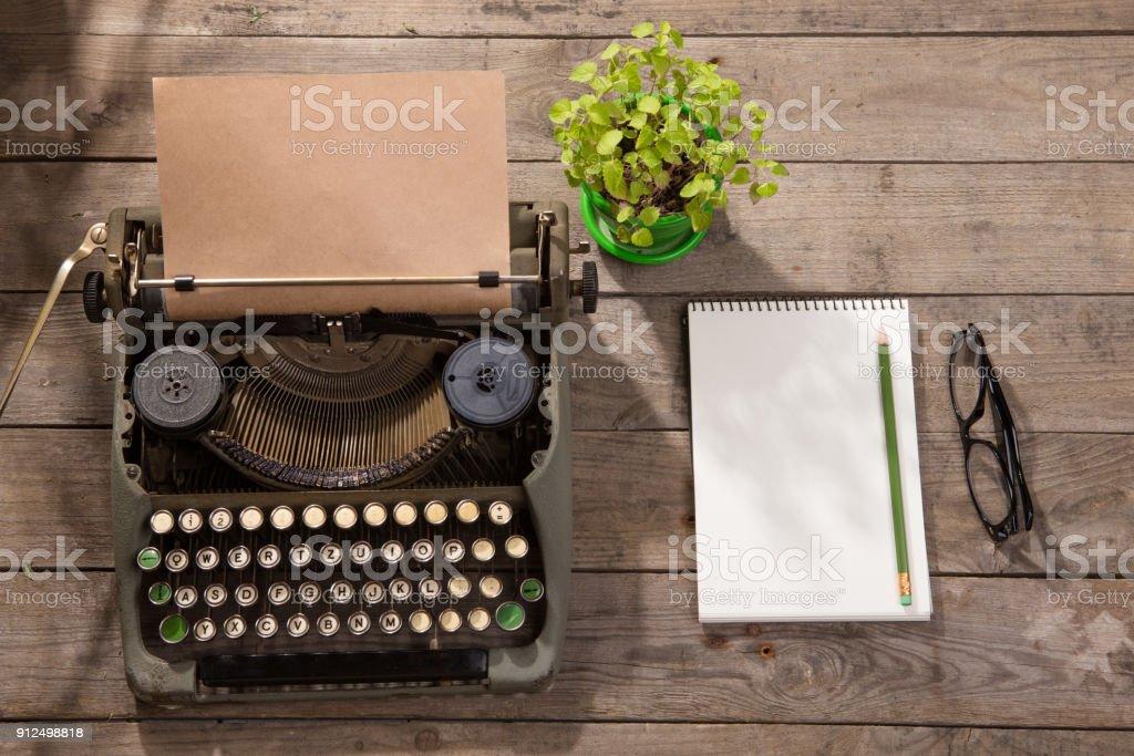 Machine à écrire vintage sur le vieux bureau en bois u photos et