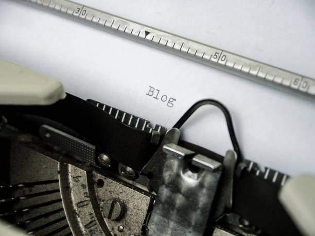 machine à écrire vintage tapant «blog» sur du papier blanc - titre mondial photos et images de collection