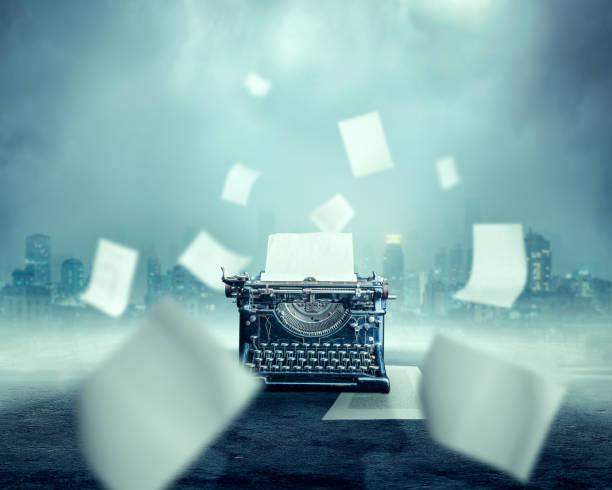 Máquina de escrever vintage, paisagem urbana em fundo - foto de acervo