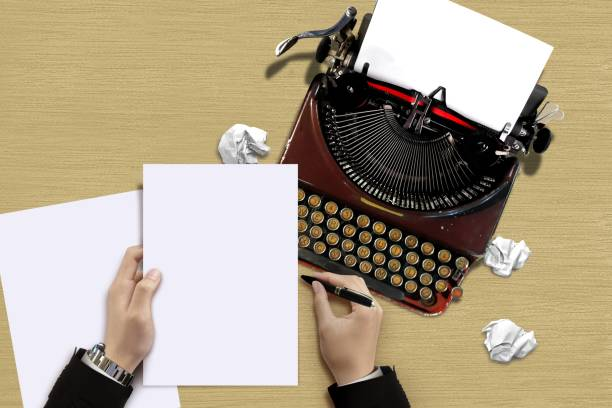 vintage schreibmaschine mit autor hand ein blatt papier prüfen - drehbuchautor stock-fotos und bilder