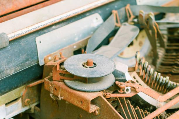 vintage schreibmaschine mit rusty. technologie-antik - druck chiffon stock-fotos und bilder