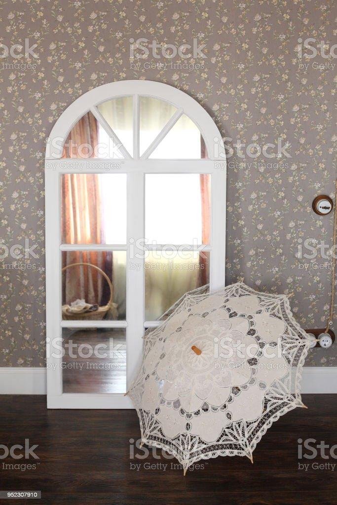 fotografía de vintage paraguas contra un espejo del aparador