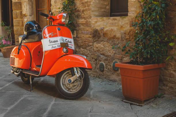 un vintage vespa piaggio. - vintage vespa fotografías e imágenes de stock