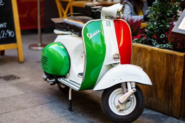 vintage vespa scooter londra caddesi üzerinde park etmiş. - i̇talyan kültürü stok fotoğraflar ve resimler