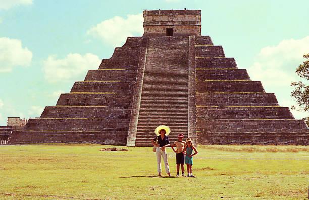 vintage visit to el castillo/kukulcan pyramid - viagens anos 70 imagens e fotografias de stock