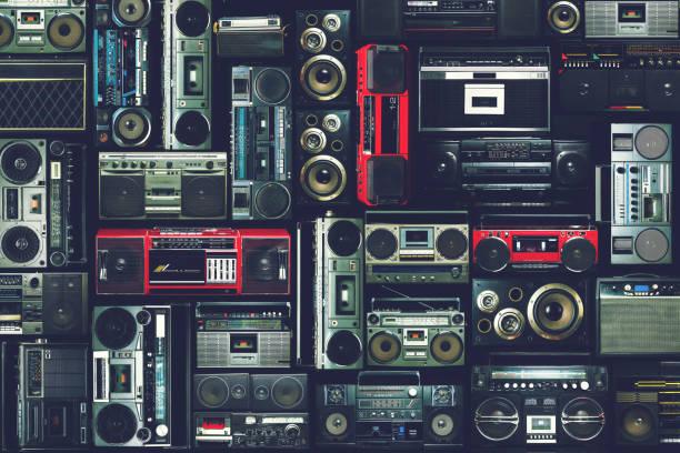 vintage muur van radio boombox van de jaren 80 - music stockfoto's en -beelden