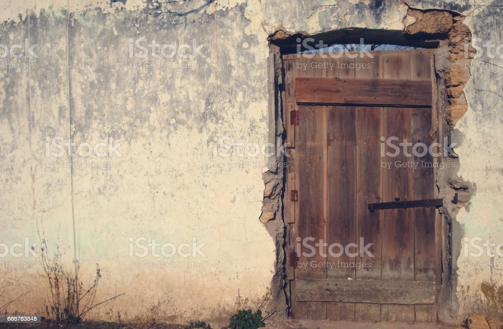 Vintage wall. The old door on the side and the backdrop of the background. foto stock royalty-free