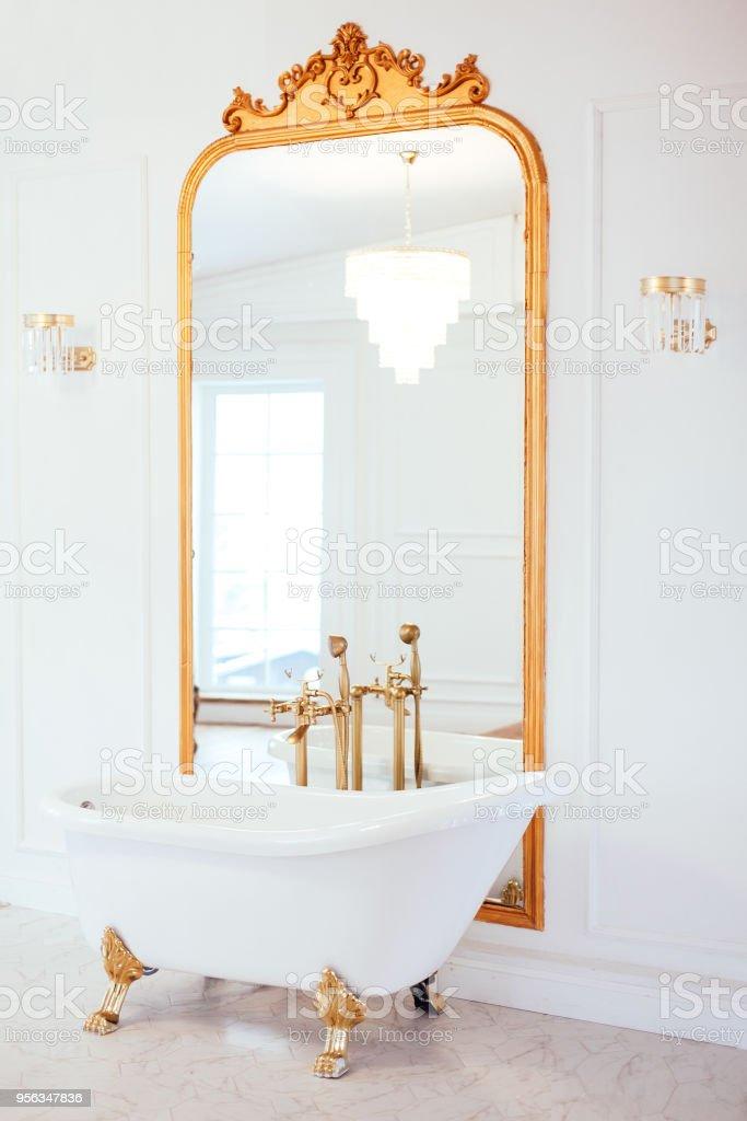 Vintage Weiß Bad In Der Nähe Von Spiegel Mit Einem Goldenen Rahmen ...
