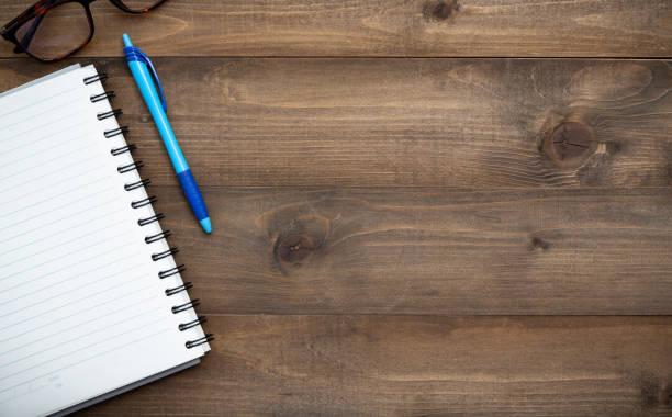 vintage white aufgabenliste papier modell flach lag auf alte tischplatte holz hintergrund textur raum arbeitsbereich büro leer konzeptpapier, plan auf kalender neujahr 2019, business blogger idee leer textansicht - einfache holzprojekte stock-fotos und bilder