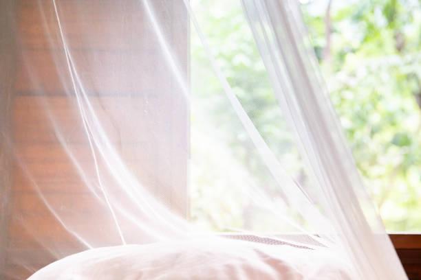 vintage witte mug gordijn in een hut of een huis - gaas stockfoto's en -beelden