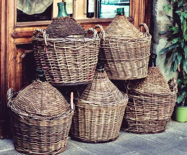 ensemble de paniers de vin damigiana à rome, italie - josianne toubeix photos et images de collection