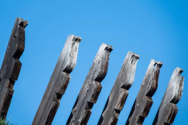 vintage holzbrett auf blauen himmelshintergrund - pole scheunen designs stock-fotos und bilder