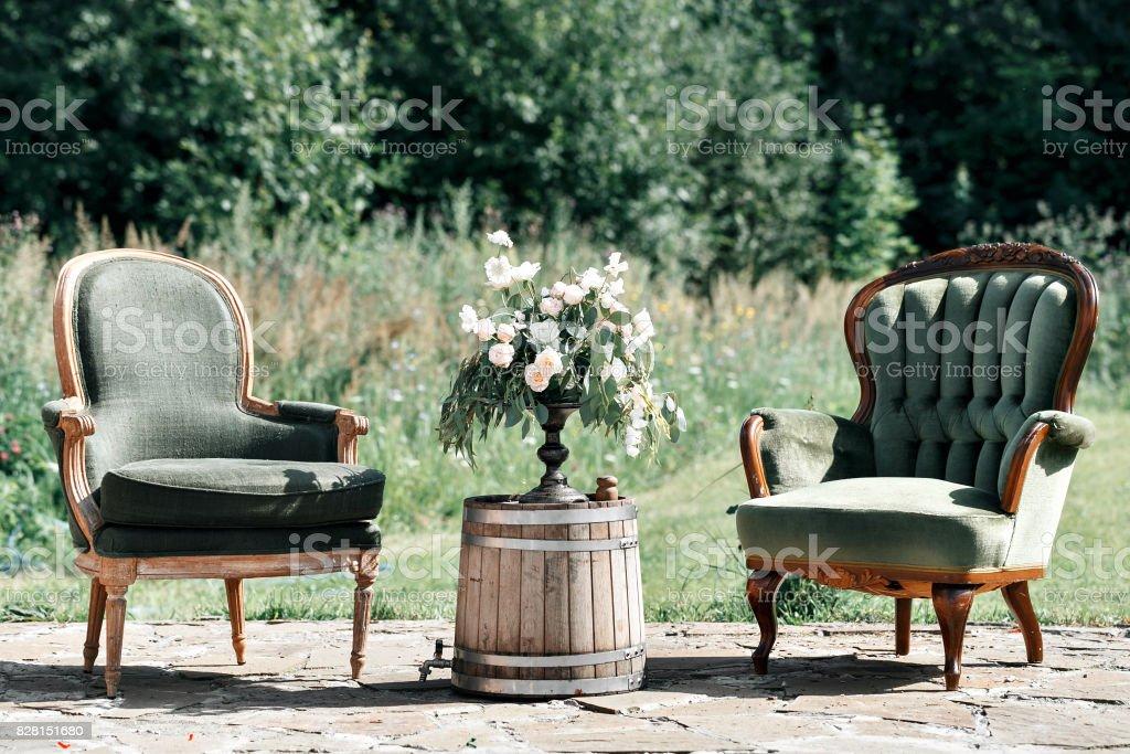 Photo libre de droit de Chaises En Bois Vintage Et Table ...