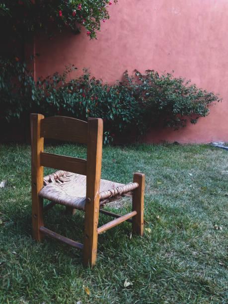 silla de madera vintage - gerardo huitrón fotografías e imágenes de stock