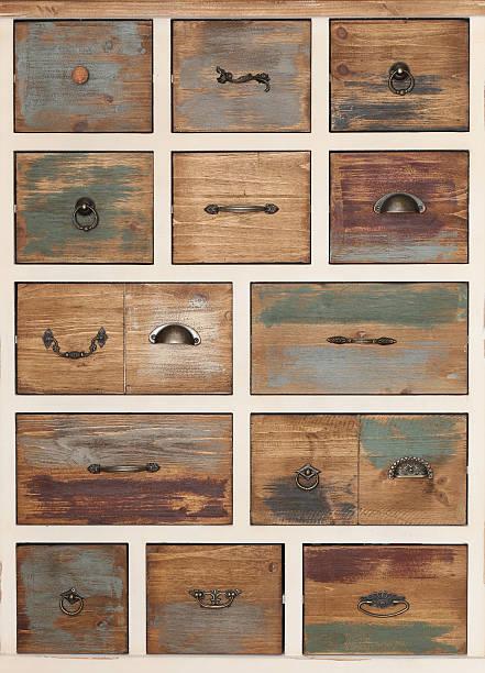 vintage wooden chest of drawers with different handles - griffe für küchenschränke stock-fotos und bilder