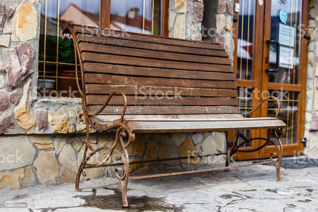 Banco de jardín madera vintage con espirales de metal - foto de stock