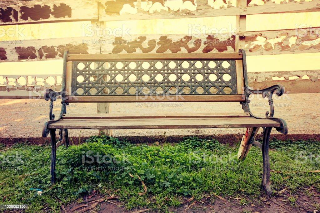 Banco de madera vintage de hierro forjado - foto de stock