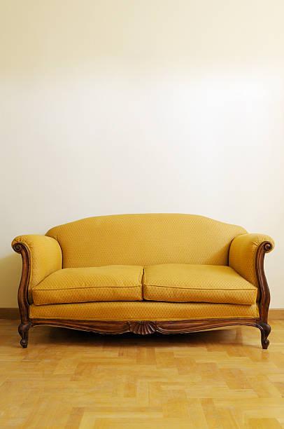 oro vintage sofa.copy spazio - antico vecchio stile foto e immagini stock
