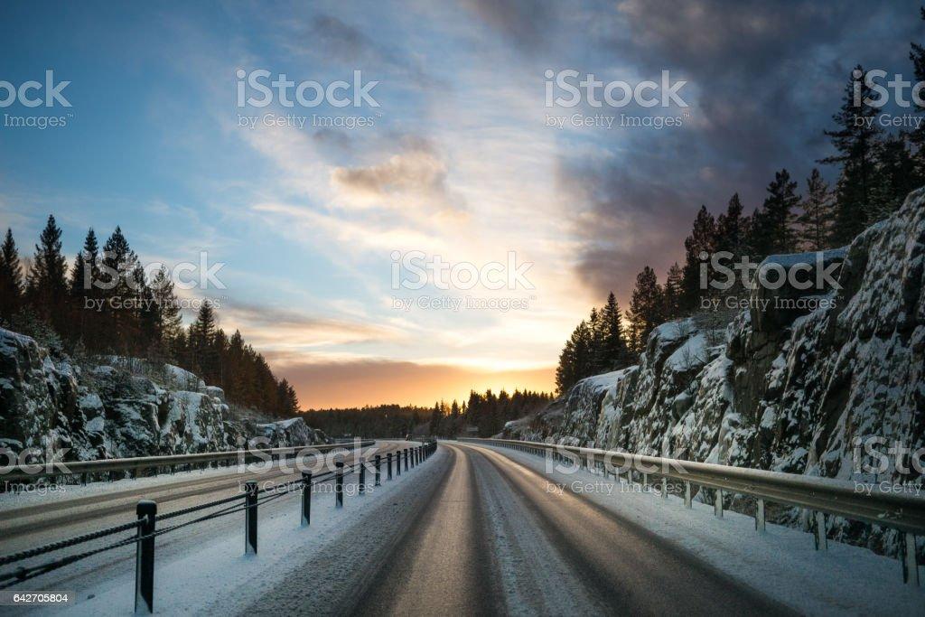 Vinterväg i sverige tidig morgon stock photo