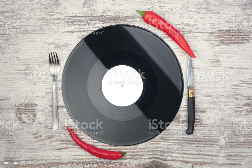 Vinyl plate with fork, knife and chillies - foto stock