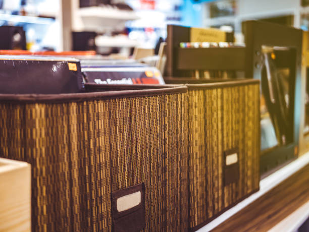 vinyl-plattenkiste in der filiale hautnah - cd ständer stock-fotos und bilder
