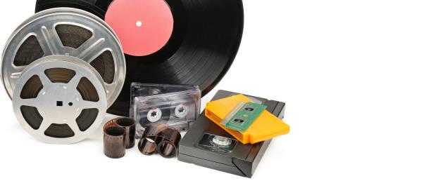 Vinyl-Schallplatte, Video- und Audiokassetten isoliert auf weißem Hintergrund. Retro-Ausrüstung. – Foto