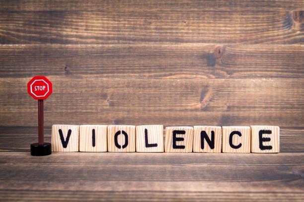 Gewalt-Namen von Holzbuchstaben mit Verkehrszeichen – Foto