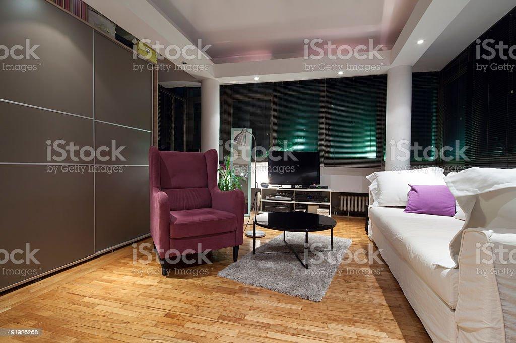 violet Sessel im modernen apartment, Innenansicht – Foto