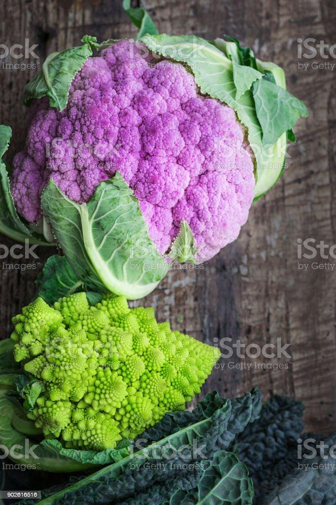 Choufleur Violet Sur Une Table En Bois Texturisee Rare Diverses