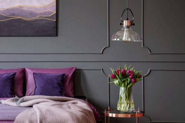 violette feminine schlafzimmer innenraum - pflaumen wände stock-fotos und bilder