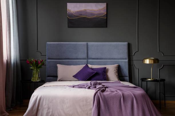 violette hotel schlafzimmer innenraum - pflaumen wände stock-fotos und bilder