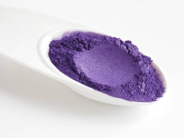 violet mica powder pigments for cosmetics - łupek łyszczykowy zdjęcia i obrazy z banku zdjęć