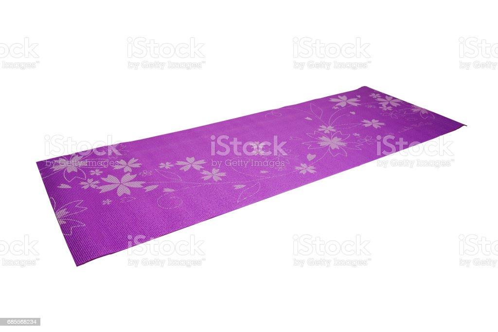 在白色背景上的紫色瑜伽墊 免版稅 stock photo