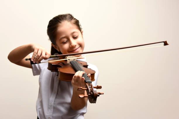 violon et fille - instrument de musique photos et images de collection