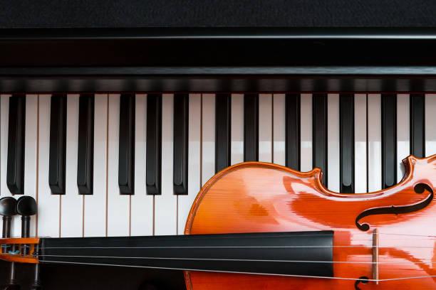 Geige und Klavier. Klassische Musik. – Foto