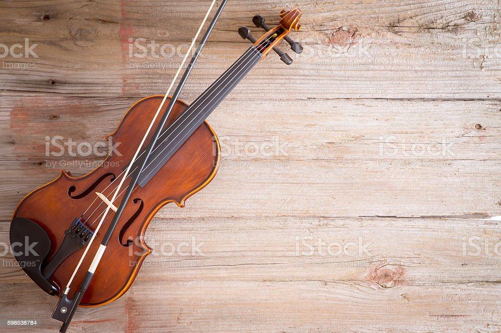 Violin Instrument on Wooden Floor with Copy Space photo libre de droits